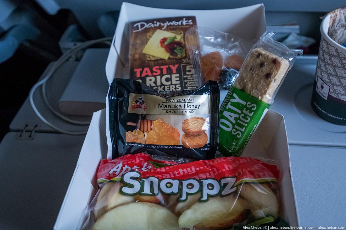 А на обратном пути новозеландский кейтеринг положил пакет с яблоками.