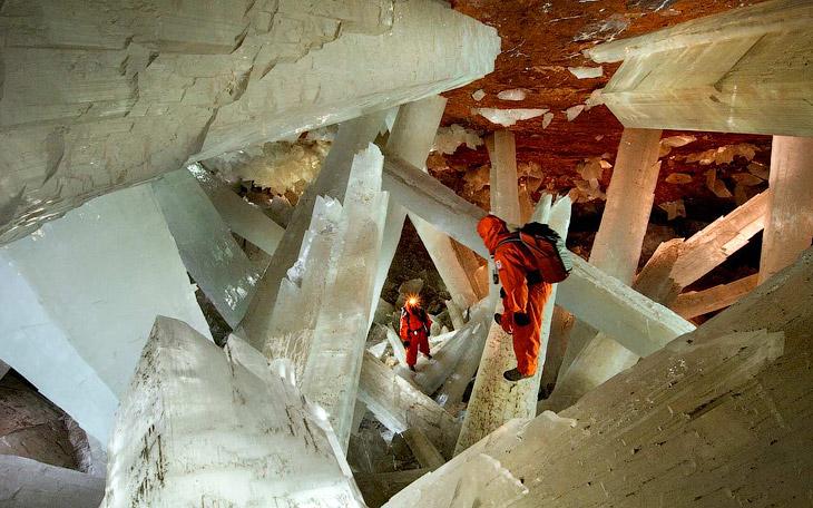 В пещере огромных кристаллов очень жарко: температура воздуха достигает 58°C при 90-99% влажн