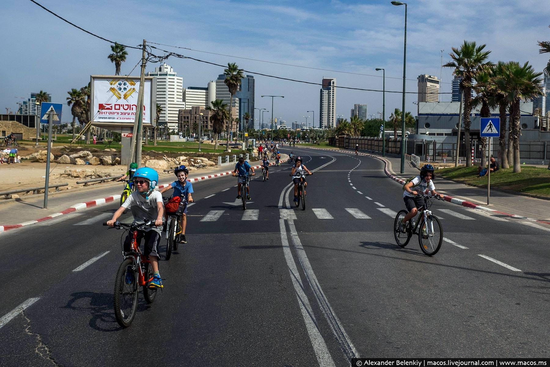 Все дороги занимают велосипедисты, причем чаще всего дети.