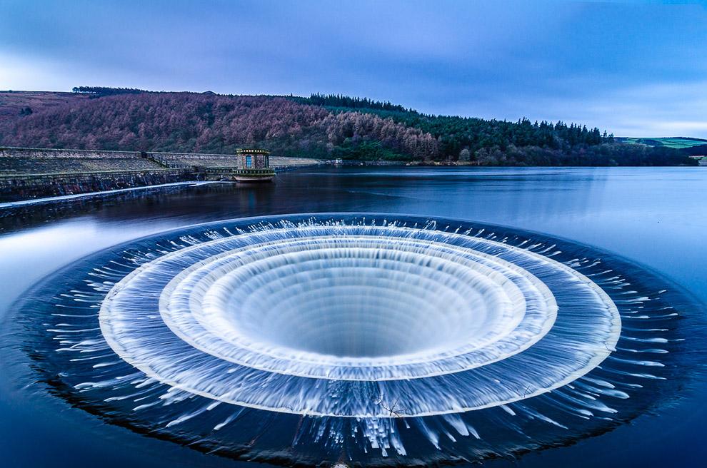 Чаще всего они торчат из воды, но когда уровень водоема поднимается, гигантские водосбросы выглядят