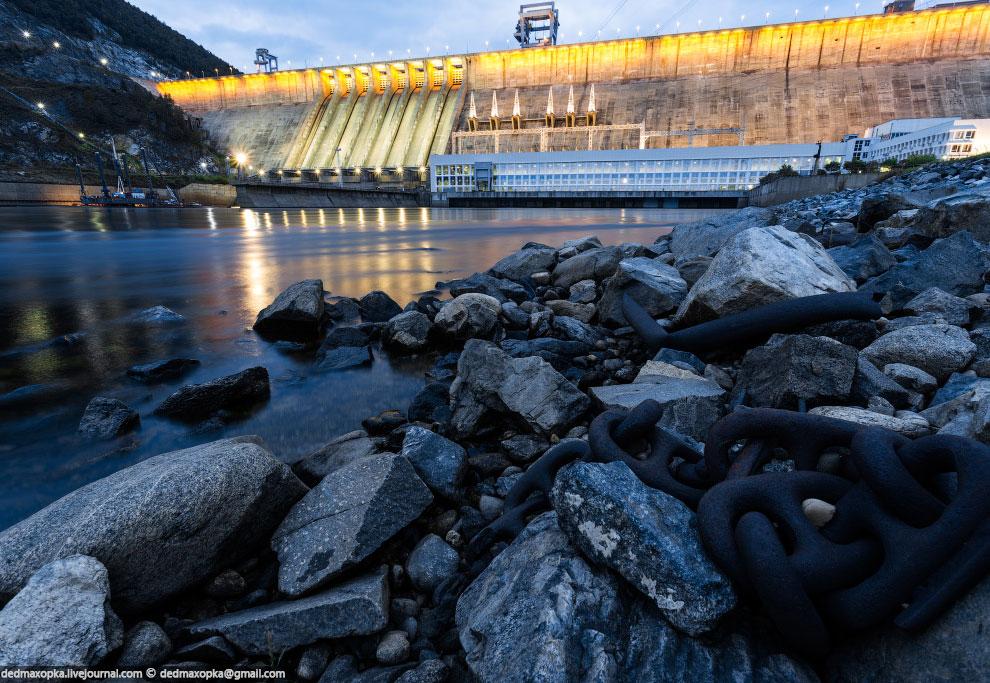 Зейская ГЭС со включенной праздничной подсветкой: