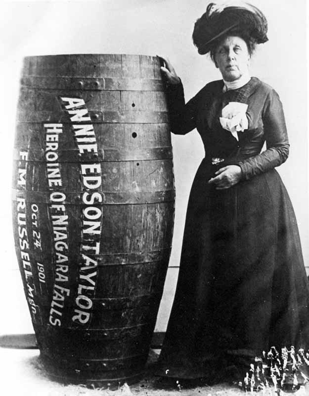 10. Энни Эдсон Тейлор — первая, кто выжил, преодолев Ниагарский водопад в бочке. Она сделала это в 1