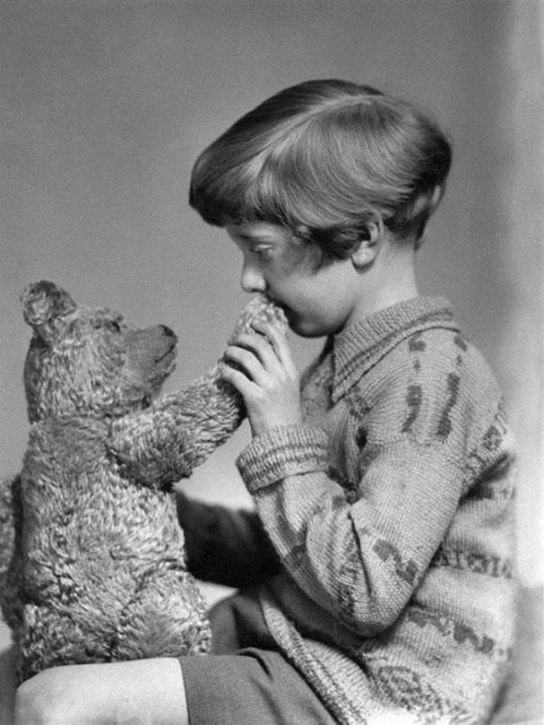 33. Настоящие Винни-Пух и Кристофер Робин, ок. 1927 года.
