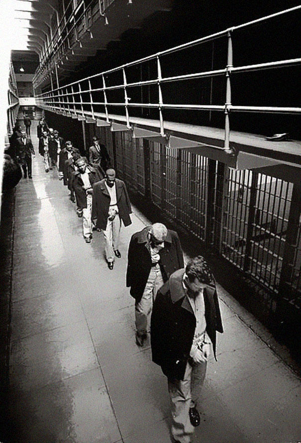 34. Последние заключенные покидают Алькатрас, 1963 год.