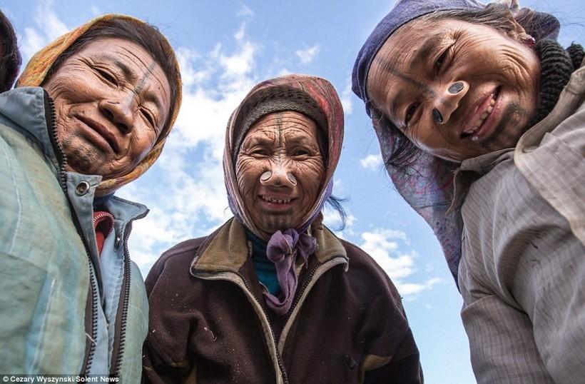 Вместе с этими пожилыми женщинами исчезнет в истории и целая эпоха жизни удивительного народ