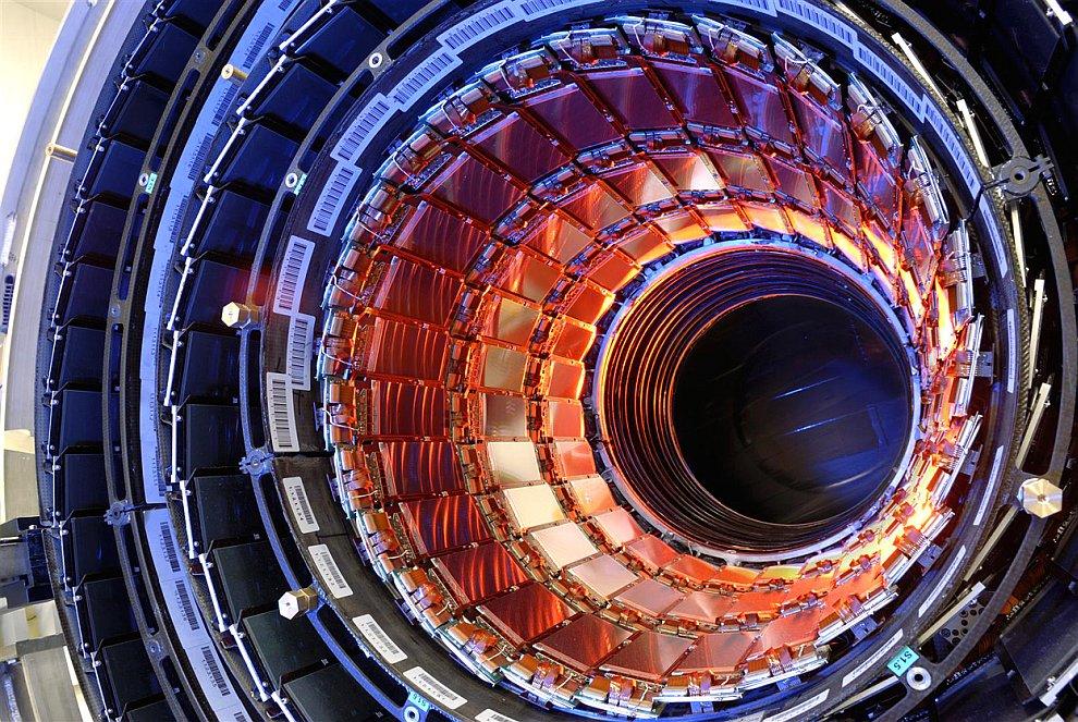 В 2009 году стоимость Большого адронного коллайдера оценивалась от 3.2 до 6.4 млрд евро, что делало