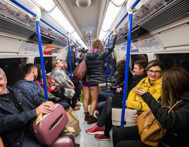 Обычные пассажиры в штанах, действительно, от души веселились, глядя на участников акции.