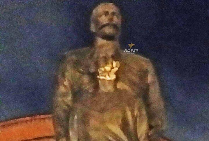 20170801_05-18-Вандал повредил топором памятник Николаю II в Новосибирске