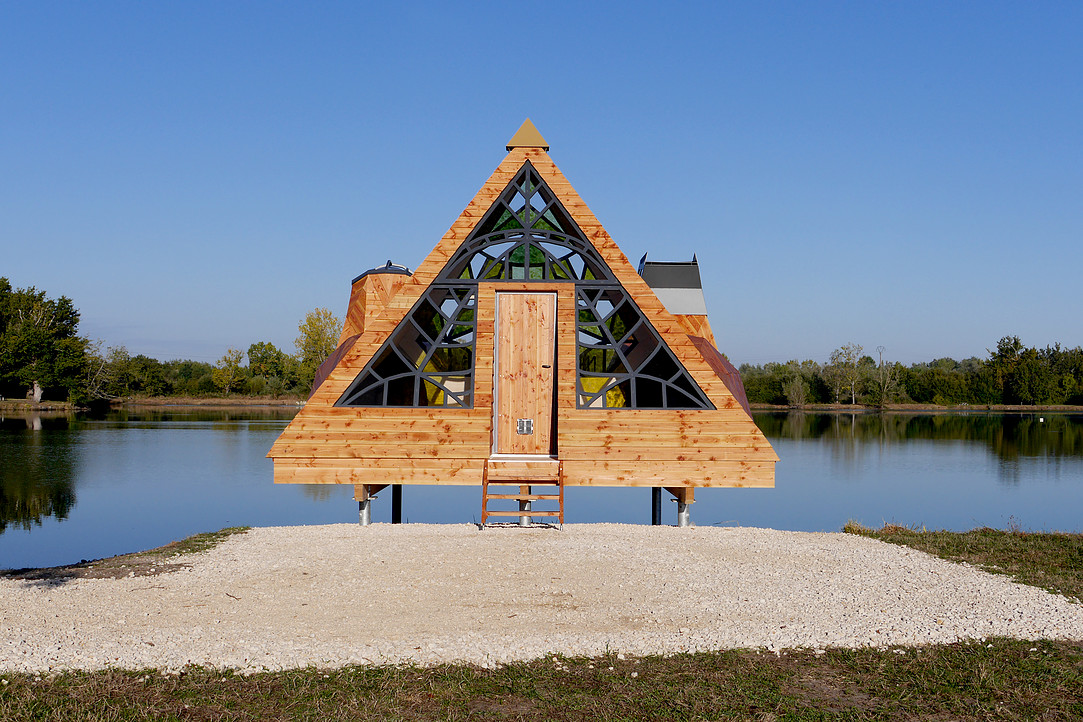 Architectural Cabin on the Side of a Lake in France (5 pics)