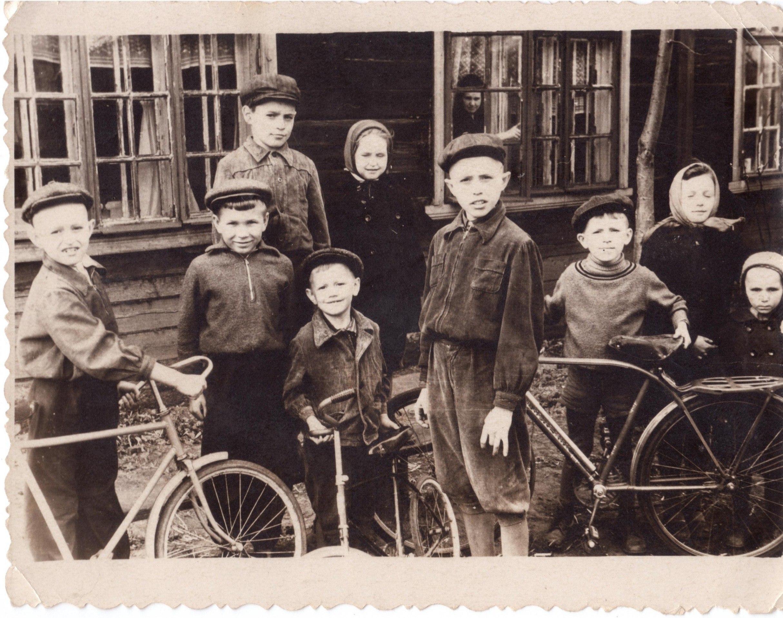 1950-е. Детвора из барака по ул. Челюскинцев, 5 во дворе