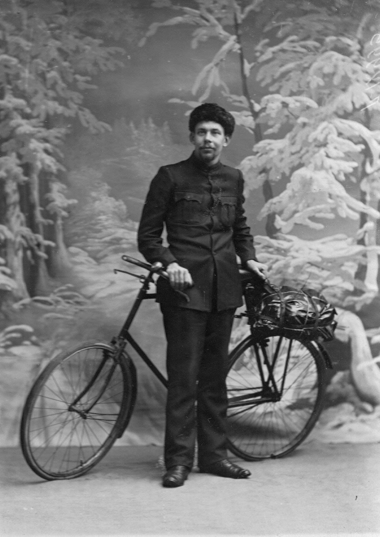 Велогонщик Л.И.Нагорный с велосипедом