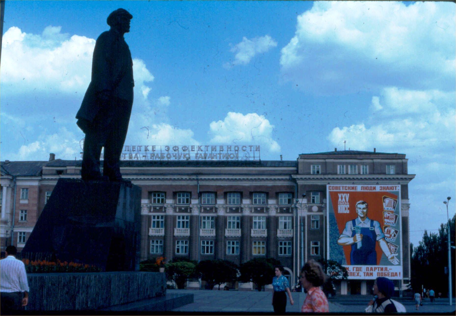 04. Памятник Ленину на лице Ленина
