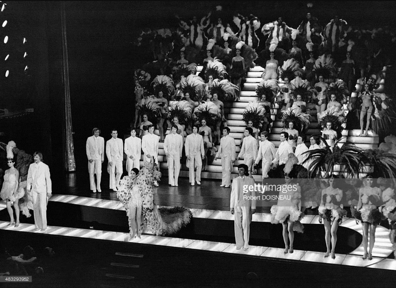1970. Финал шоу «Bing Bing Bang» во время «La Revue» Ролана Пети с костюмами, созданными Ив Сен Лораном. Casino de Paris.jpg