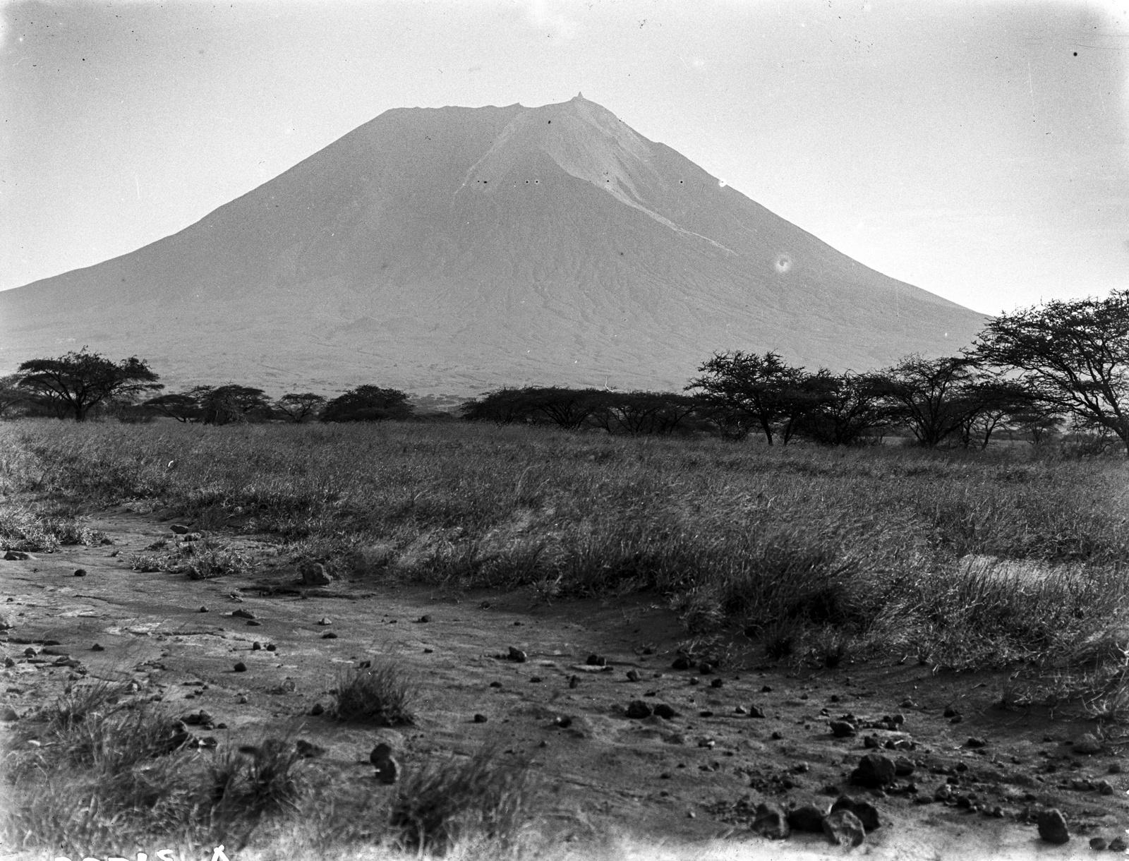 36. Вулкан Ол-Доиньо-Ленгаи с востока