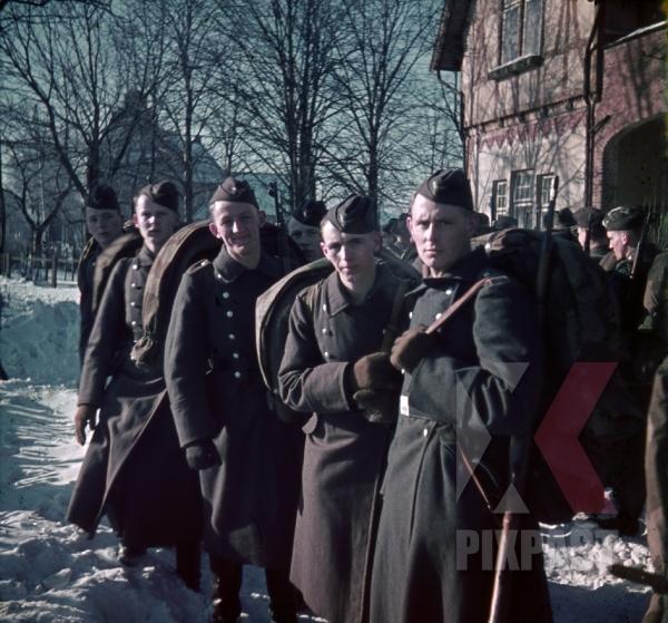 stock-photo-german-airforce-luftwaffe-soldiers-infantry-in-norway-1941-7828.jpg