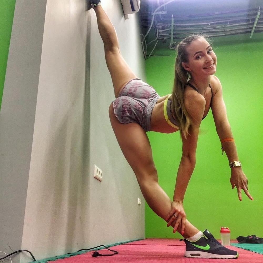 Спортивные девушки с отличной растяжкой