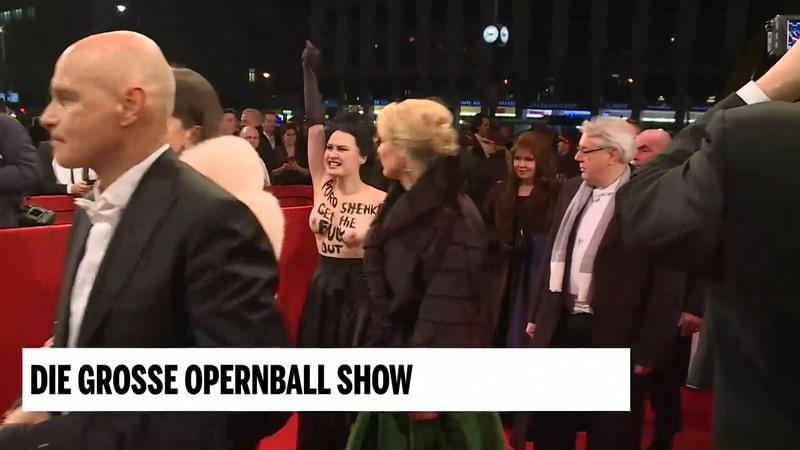 Активистка Femen оголила грудь против Порошенко на Венском балу