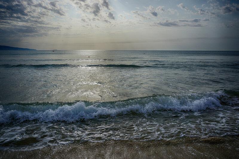 Тихо плещется волна