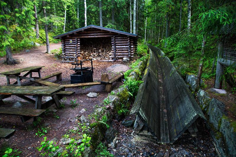 столики, скамейки, информационный щит, в кадр попала и часть старой системы лесосплава
