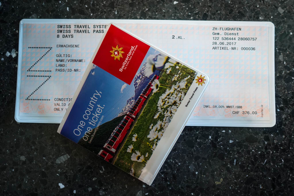К счастью для нас, туристов, в стране есть железнодорожный (и не только) абонемент, называется Swiss