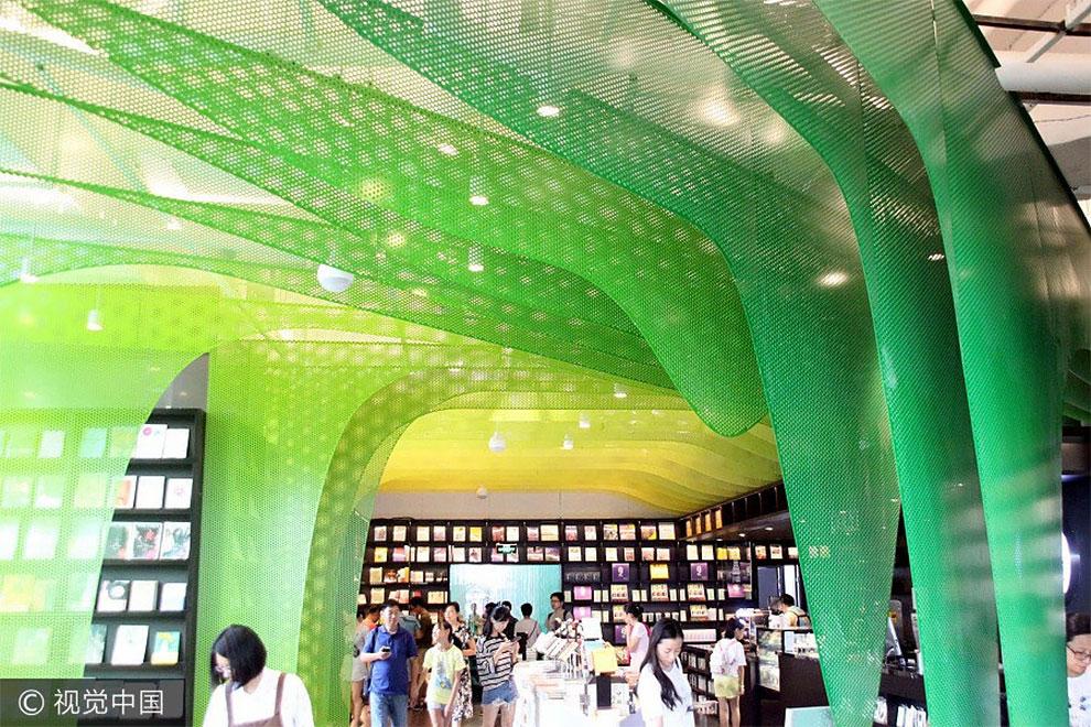 Затем посетители магазина попадают в читальный зал «Долина радуг» — открытое пространство, выполненн