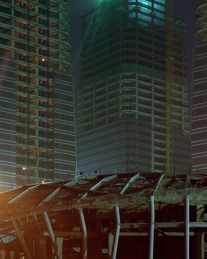 Размах проекту был дан нешуточный — в нем есть и свой Рокфеллеровский центр, и даже башни-близнецы.