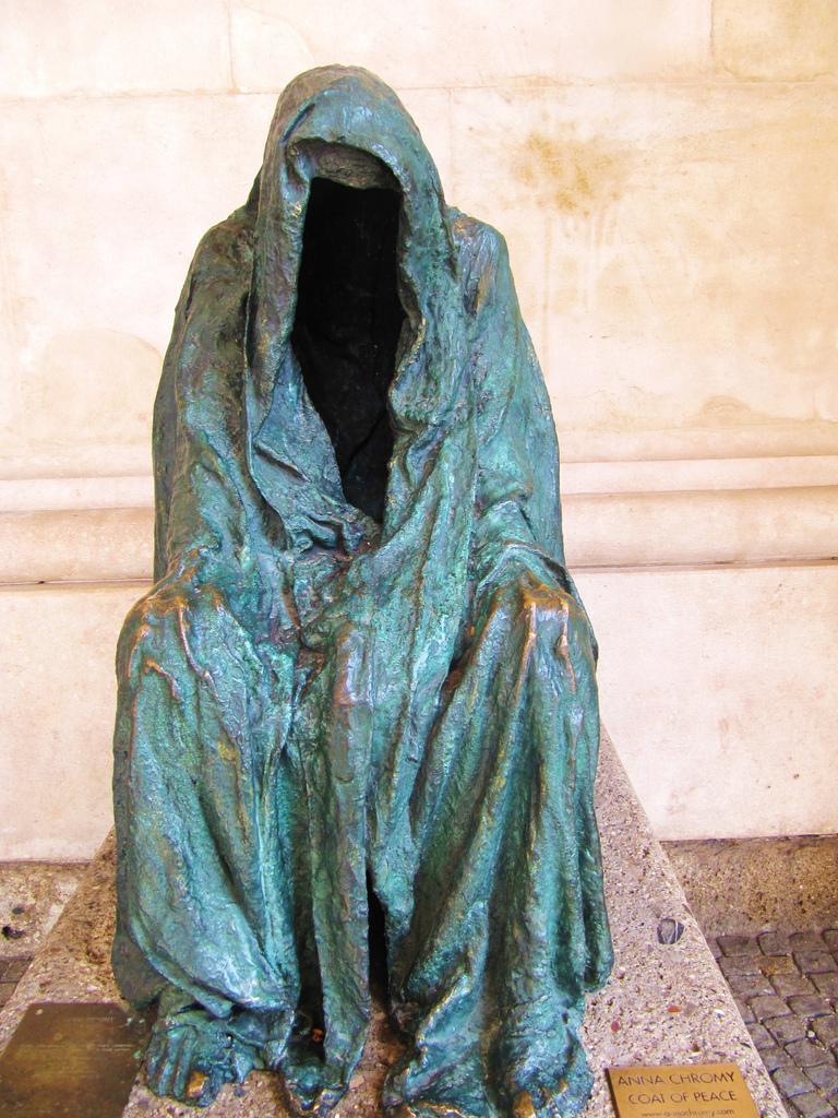 Скульптура «Плащ совести», изображающая призрачного Командора, павшего жертвой Дона Жуана, установле