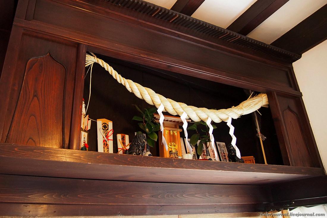 Камидана — ниша для ками. Небольшое синтоистское святилище, наподобие домашнего алтаря в русских изб