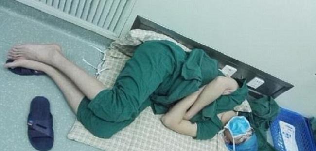 Этот врач уснул на рабочем месте, но, когда проснулся, стал героем (3 фото)