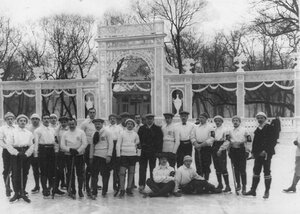 Команды хоккеистов г. Москвы и Петербурга у ворот Юсупова сада. 6 января 1913