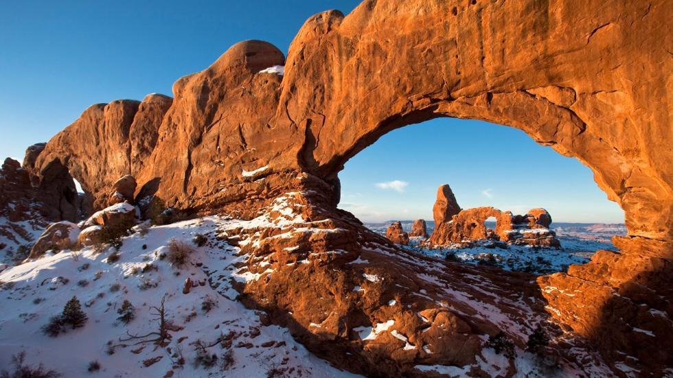 А́рчес (англ. Arches National Park — Арки) — национальный парк США, расположенный в штате Юта. «Изящная арка» — самая известная арка парка В парке находится более 2000 природных арок, образованных из песчаника, включая имеющую мировую известность «Изящную арку» (англ. Delicate Arch) (у этой природной арки есть ещё другое, шутливое название — «Ковбойские штаны»), а также другие разнообразные геологические формации. Парк расположен вблизи города Моаб и имеет площадь 309 км². Наивысшая точка парка — 1723 м, низшая — 1245. С 1970 года 42 арки разрушились в результате эрозии. В среднем в парке ежегодно выпадает около 250 мм осадков.