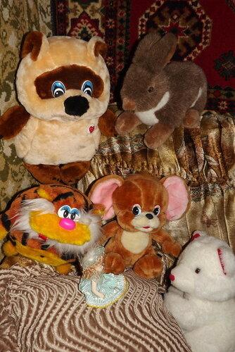 Животные изучают новую куклу-девочку!