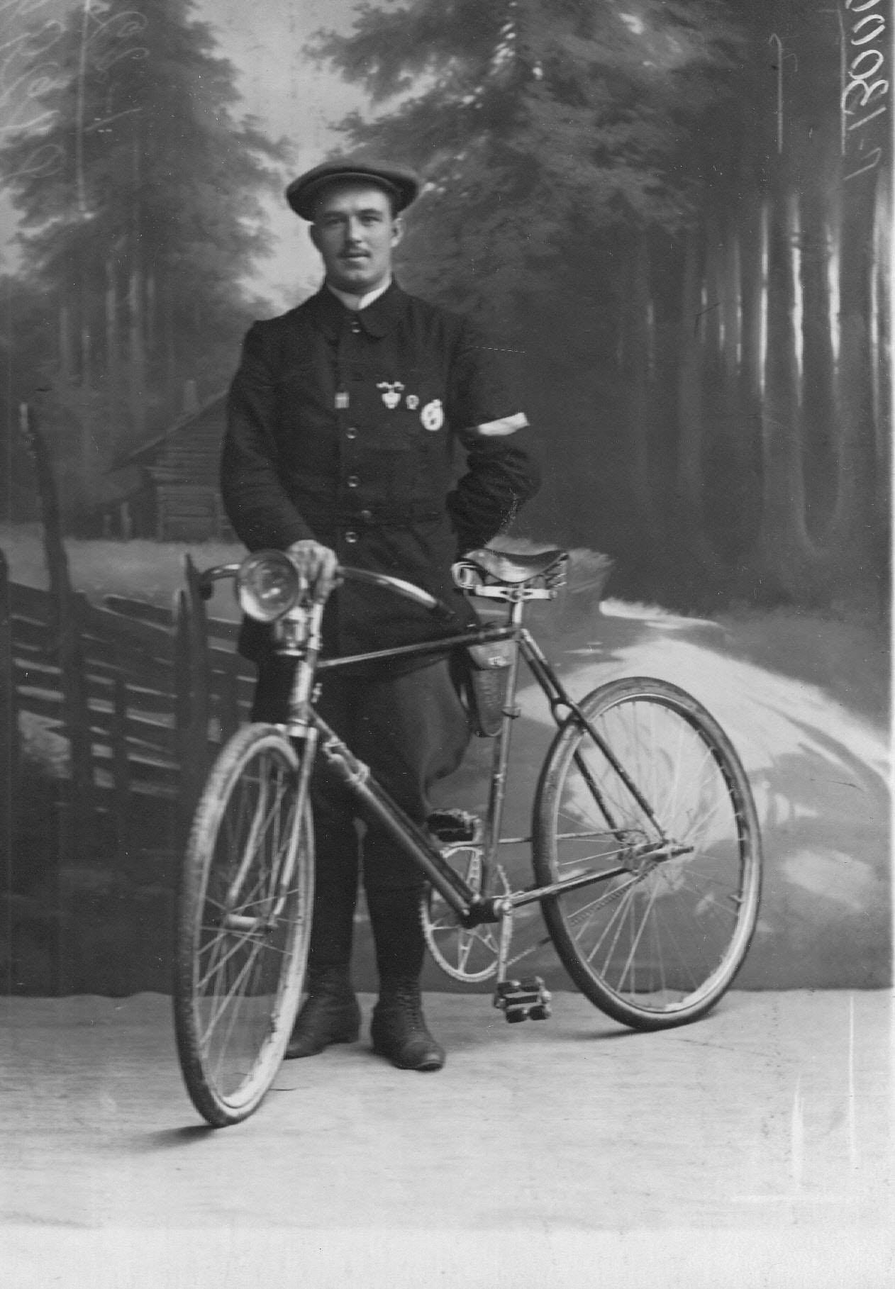 Велогонщик Онисим Иванович Панкратов с велосипедом