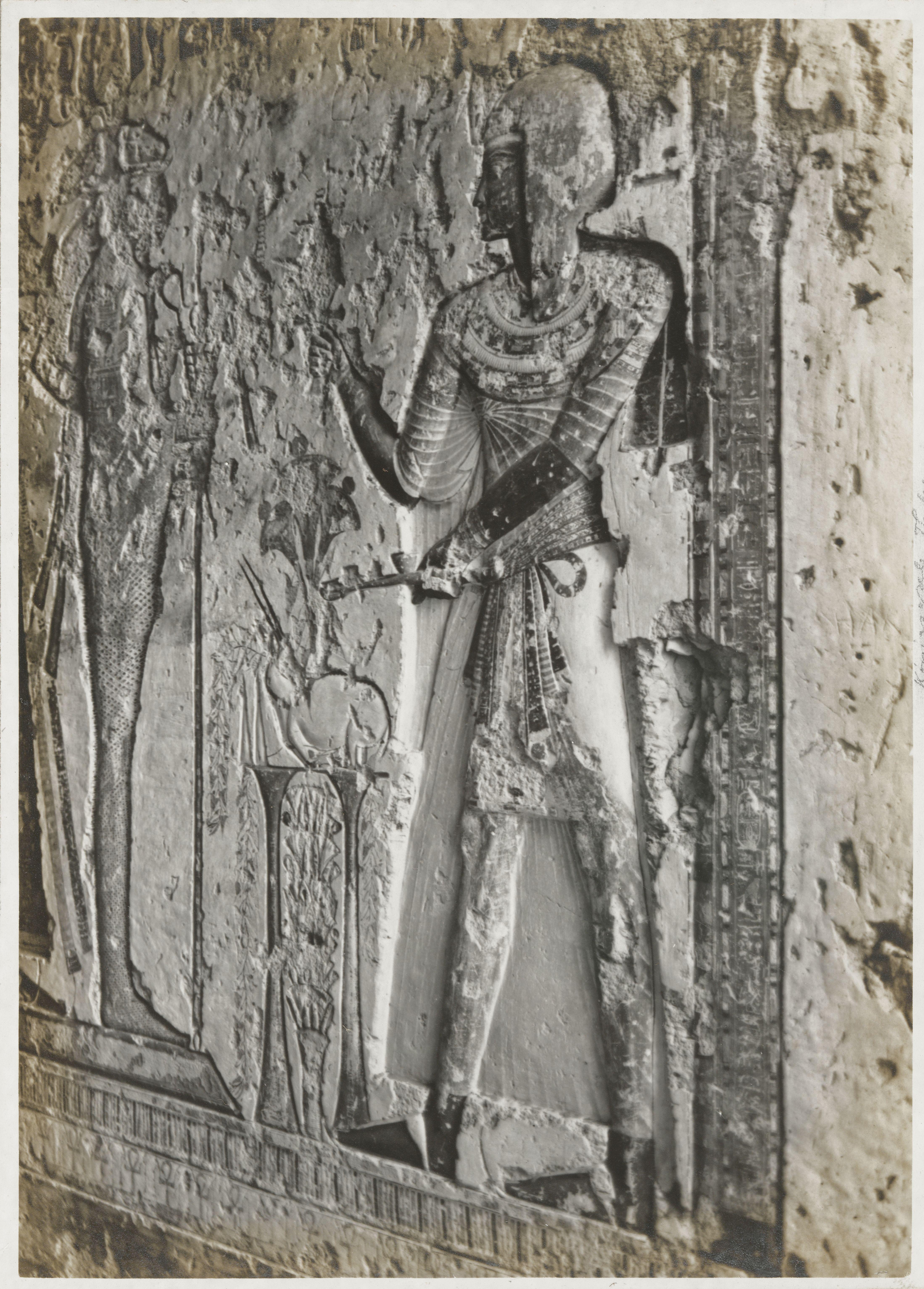 Рельеф из заупокойного храма Хатшепсут.  Царица-фараон делает жертвоприношение богу