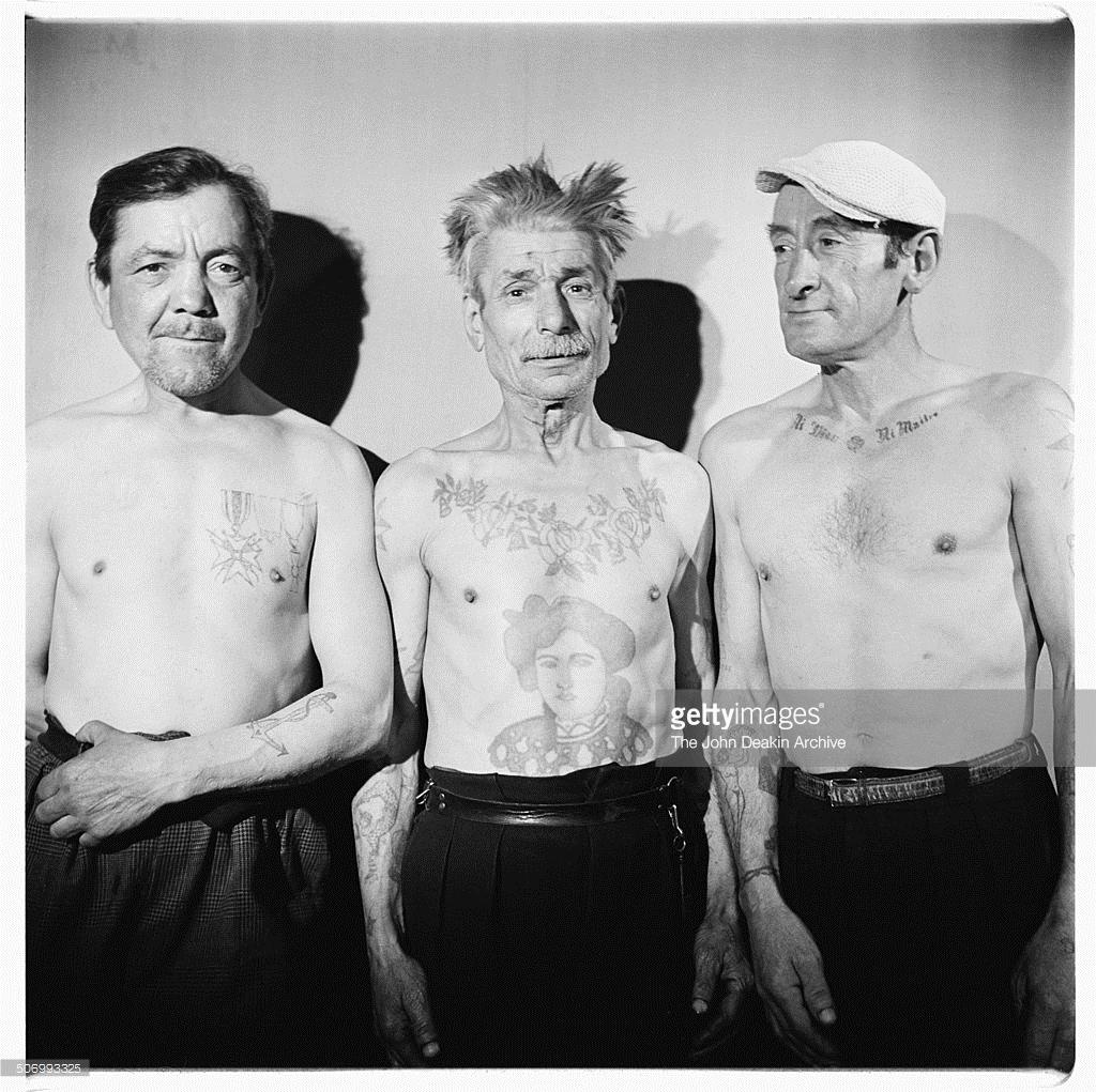 1953. Французский бродяга Леон Ла Луне (Леон Будевиль, слева) и два его друга, демонстрируют свои татуировки. Париж