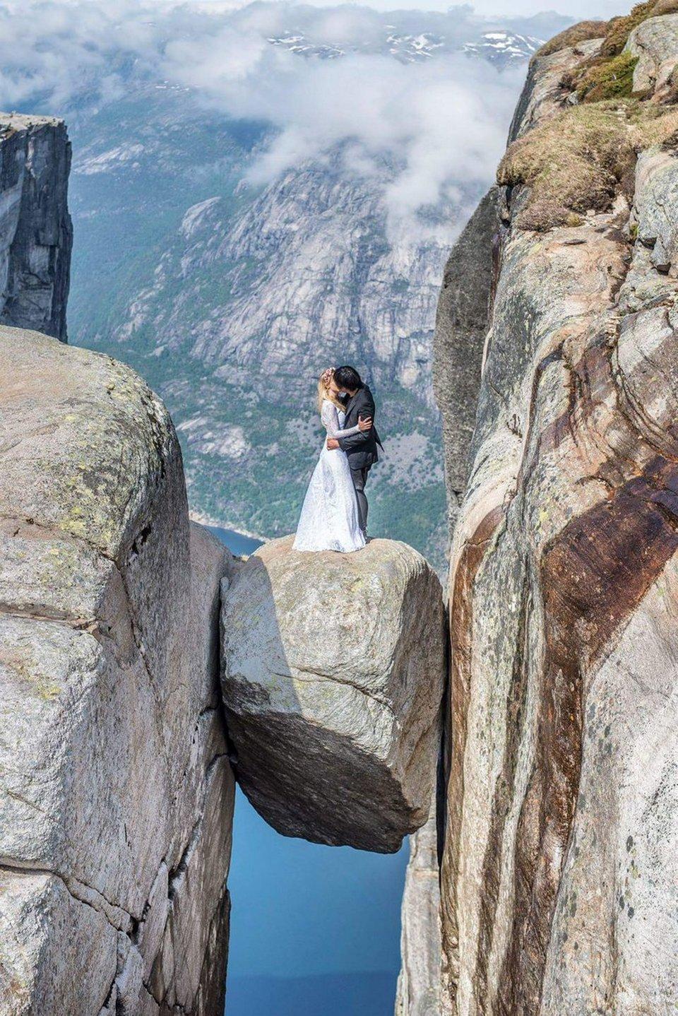 Молодожены воссоздали первый поцелуй в живописных местах планеты