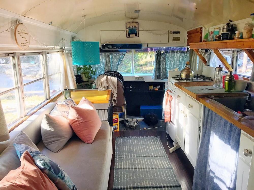 Молодожены отказались от квартиры и поселилась в автобусе