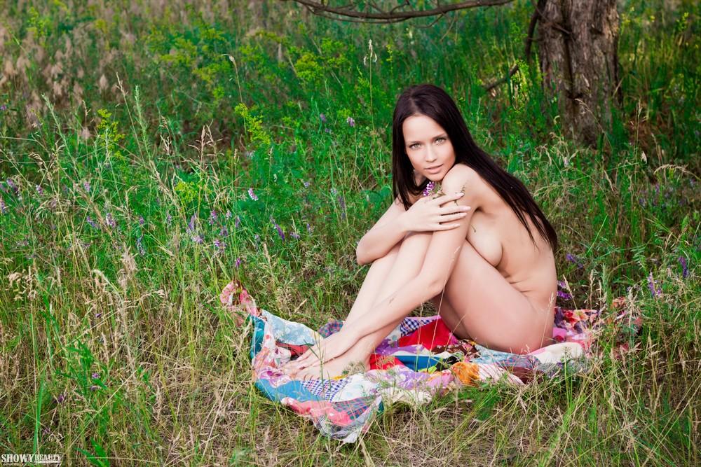 Lina позирует на природе