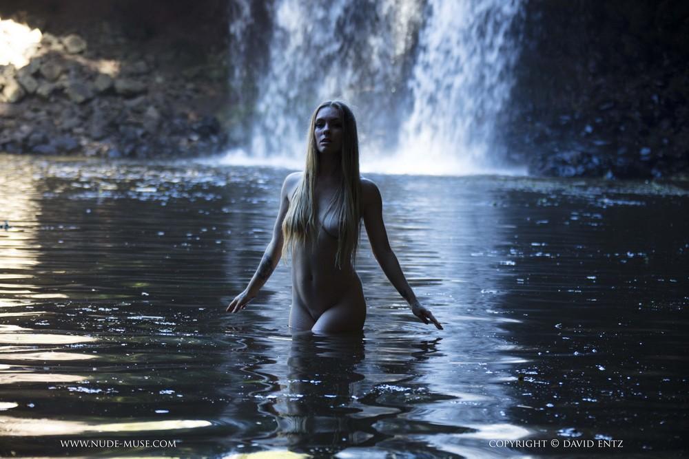 Обнаженная Venus Rose позирует на фоне водопада