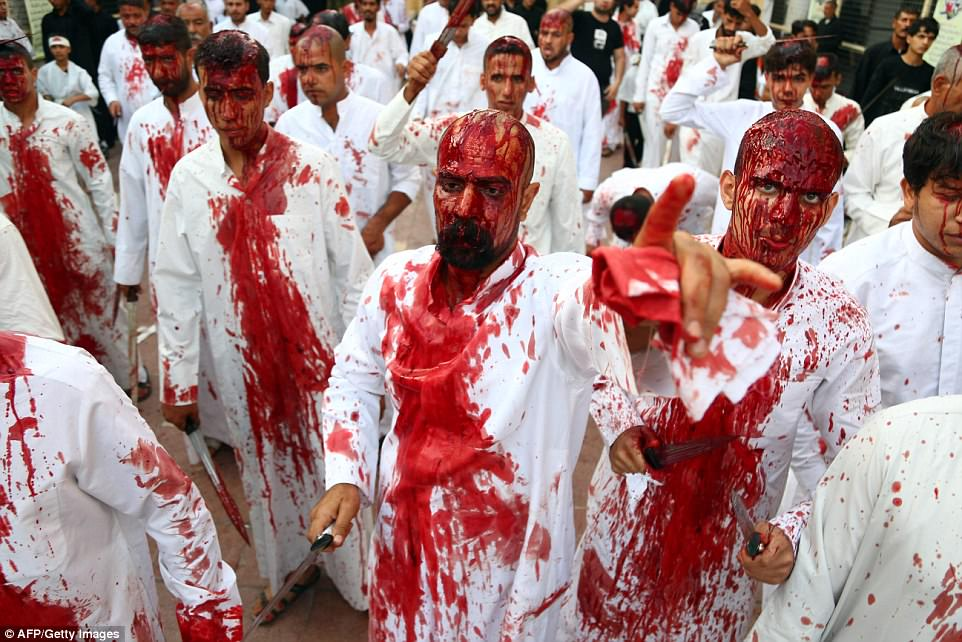 Мусульманские паломники-шииты проливают кровь в ознаменование смерти внука пророка Мухаммеда