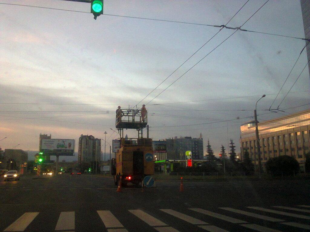 Ремонт контактной сети Горэлектротранса (троллейбусные провода). Площадь Конституции (Московский район Санкт-Петербурга), июль 2017 г.