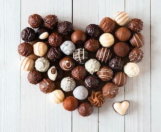Всемирный день шоколада 11 июля. Сердечко из шоколадных конфет