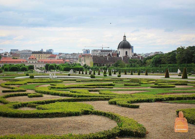 Парк, фонтаны, скульптуры - все это есть в Бельведере