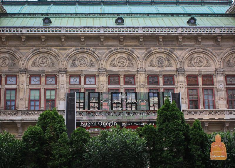 Афиша на фасаде Венской оперы