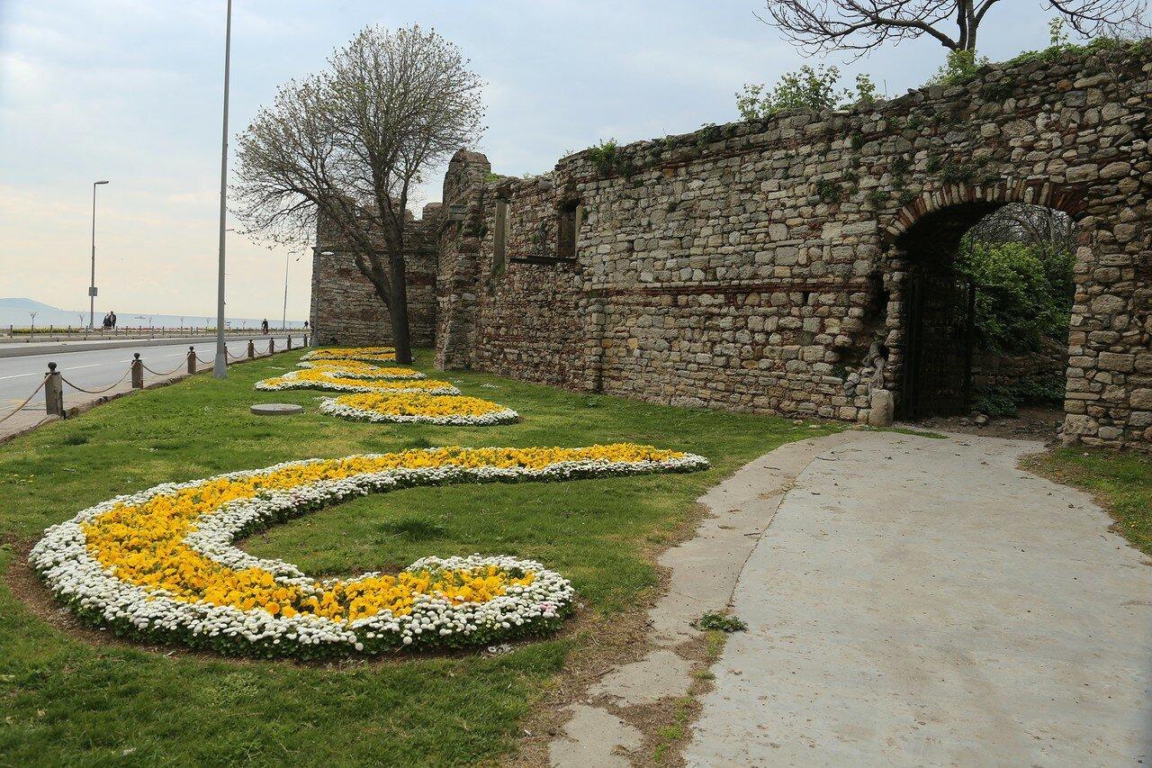 Istanbul: the Bosphorus walls. The area of Admiral Piri-Reis.
