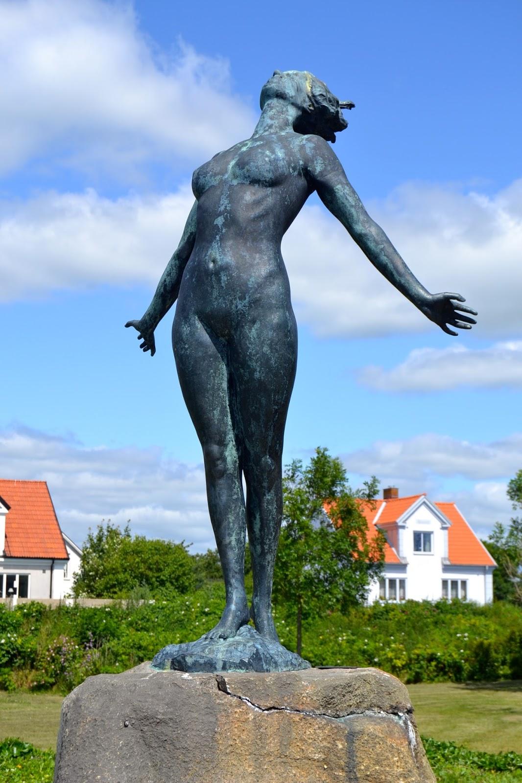 Мать Нены, Биргит Холмквист, в молодости позировала в стиле ню именитому скульптору Акселю Эббе для
