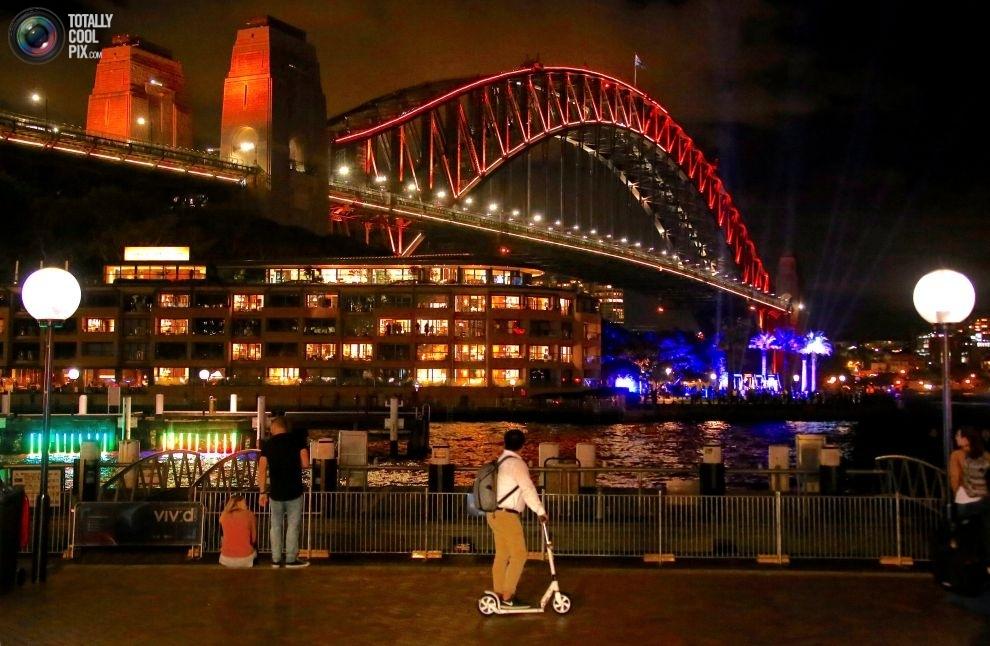 Мост Харбор-Бридж в день открытия фестиваля музыки и света Vivid Sydney.