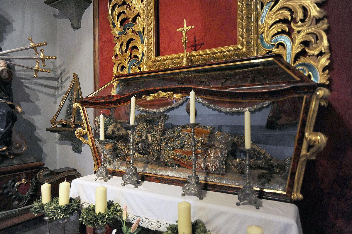 26. По словам историков, в XVI веке по приказу Ватикана из римских катакомб были выкопаны останки и