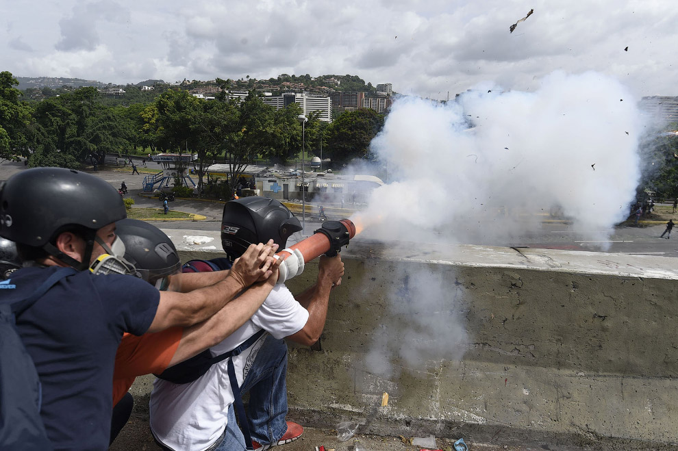 5. Полицейские тоже выглядят в эти дни эпатажно. (Фото Juan Barreto):