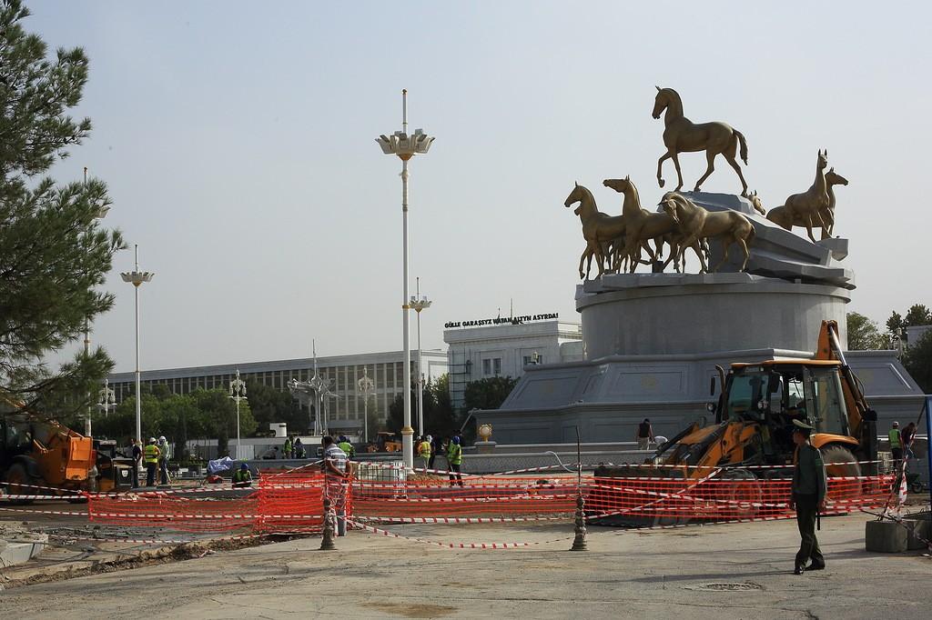 14. Сейчас сотни людей круглосуточно строят новую площадь перед новым президентским дворцом. Я так п